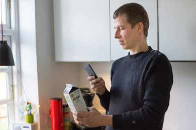 man identifying everyday objects with his smartphone app